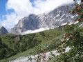 Ein Blick auf die wunderschön gelegene Dachstein-Südwandhütte. Der Schnee vom Morgen war schon länst geschmolzen.