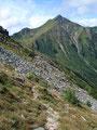 Den Abstieg mit Bravour gemeistert, stand nun die weite Querung ein zweites Mal, diesmal nach Westen zum Triebener Törl auf dem Programm. Wunderschön immer den Sonntagkogel im Blickfeld.