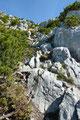 So, aber im nächsten Moment war wieder volle Konzentration angesagt! Mit Handeinsatz arbeitete ich mich abermals über wildes Felsgelände empor.