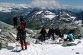 … zum Gletscheransatz beim Grat des Niederen Zauns, wo wir uns in famoser Kulisse des Seiles, Pickels und Hüftgurt entledigten.
