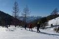 Anschließend zog unsere heutige Schneeschuhtruppe die Spur über die sanften Ausläufer des Schneelochkares, …