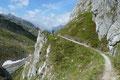… wanderten nunmehr den wunderschön in die Landschaft integrierten, sich auf der linken Seite des Einschnittes dahinschlängelnden Wanderweg Nr. 67a geradeaus in Richtung Peischlachtörl dahin.