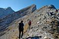 Von der Motivation angetrieben wurde die Schrittlänge schlagartig erhöht. Der steinig geröllige Bergsteig führte uns nun linker Hand durch die Schrofenzone  dem Gipfelziel näher.