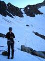 Am hinteren Ende des Mittelkarferners, etwa 3250m Seehöhe legten wir Sitzgurt sowie Steigeisen an und bildeten zwei Seilschaften.