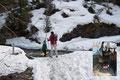 Schneefelder, … dann noch zu überquerende kleinere Bächlein und …