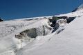 Der Abstieg zum Marzellkamm ist zwar die kürzere Variante am Gletscher selbst, aber dafür jene der spaltenreicheren Zone.
