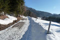 … marschierten auf der bergwärts abzweigenden Straße oberhalb des Gehöfts Muttling vorbei. Die warmen Frühlingstemperaturen setzten der Schneeauflage schon gewaltig zu. Trotzallem war das Gehen mit Schneeschuhen noch ganz passabel.