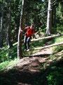 … wir wieder in den Wald eintauchten. Sabine beim geschickten Übersteigen eines Gatterls.