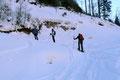 Abermals kreuzte unsere Truppe nach dem kurzen Aufstieg die schneebedeckte Forststraße im Bereich einer Linkskehre. Diesmal folgten wir ihr aber an der Materialseilbahn der Ischler Hütte vorbei, immer rechts haltend bis …