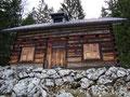 Ich machte eine kurze Trink- und Jausenpause auf den beiden Hölzbänken vor der Hütte.
