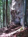 ... ,vorbei an einer riesigen Felswand ...