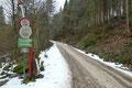 """… wir beide der Forststraße """"Kernersberg"""", wie sie bei den Einheimischen auch genannt wird, anfangs entlang des Lackenbaches bis zu einer ca. 150° Kehre, an welcher sich der meistens geöffnete Schranken befand."""