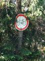 Radfahren verboten! Sie gefährden die Wanderer.