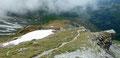 … wandten uns dort nach links, dem nach Südwesten zur Tschadinalm führenden Weg Nr. 67b zu. Dieser führte ebenfalls anfänglich über einen begrünten Rücken, …