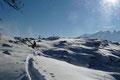 Im nächsten Augenblick tauchte bereits das Gipfelkreuz auf der Bergkuppe des Russberges auf.