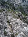 … konzentrierte mich für den weiteren Aufstieg. Jedoch führten mich die Felsbänke immer weiter von der Leiter fort. Was nun? Es bot sich nicht wirklich ein Übergang an.  Schlussendlich musste ich einige Meter absteigen, …