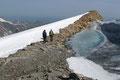 Nun folgte ich den Aufstiegsspuren über die Wielingscharte weiter bergab und traf erneut auf meine Tiroler Gipfelbekanntschaft Maria und Werner.  Nach einem kurzer Wortwechsel wanderte ich schnellen Schrittes über die Kuppe zum …