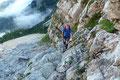 … und wird von mir an dieser Stelle weggelassen. Es ging kurz gesagt in unzähligen Serpentinen und seilversicherten Passagen (auch Eisenleitern) durch Fels, Schutt, Latschen- und Bergwaldgelände hinauf zur Hütte.