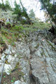 Wer rastet der rostet heißt es so schön, somit stieg ich raschest weiter auf. Schon im nächsten Moment endeten die Serpentinen bei den seilversicherten Passagen im oberen Drittel des Aufstieges.