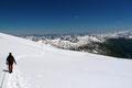 Unsere beiden Seilschaften drehten nun in einem Linksbogen nach NO ab und marschierten zwischen den Gletscherspalten über die beiden Keesböden und …