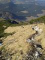 … dann stark abfallend über den Südkamm führte unser Abstieg Richtung Moosbergriedel. Gleich darauf bogen wir scharf rechts ab.