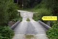 """Ein kurzes Stück entlang der Mautstraße leitete der ÖAV Wanderweg Nr.889 links über eine Brücke und ein Gatter Richtung des """"Einsamen Riesen"""" des Salzkammergutes."""