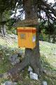 Und dann die große Überraschung! Wie, was … ein Postkasten, gegenüber dem Gippel-Törl, mitten im Gebirge - ich traute meinen Augen nicht!  Entleerung jeden Tag. Wirklich ein gutes und gelungenes Scherzerl!