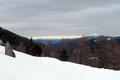 Auch Angela und ich hielten inne und genehmigten uns einen Schluck. Nebenbei blickten wir in den sonnigen östlichen Teil der Steiermark und zum Gstoder (2140m). Sch…eibenkleister! Bei uns fing es leicht zu schneien an. Grrrrrr!