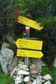 """Auf etwa 1950m Seehöhe war die nächste Weggabelung erreicht. Nun drehte ich nach links ab und folgte der """"schwarz"""" markierten Route zum Gipfel des Gufferts, wie er hier anscheinend genannt wird."""