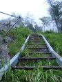 """… um halb mittig in die Eisenleiter einzusteigen. Wie schon gesagt: Ich rate davon ab!!! Nun folgte ich aber dem """"Normalweg""""  bergauf."""