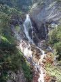 Eindrucksvoll strömte dieser Wasserfall den Berg herab…