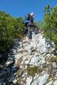 """Auch beim zweiten Gipfelsturm musste die eine oder andere Felspassage überwunden werden. Sichtlich kein Problem für """"Lila-Kamera-Fotografin"""" und """"Bergleopardin"""" Margit."""