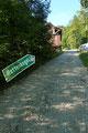 Nachdem ich beinahe schon fast schlendernd den Ortsteil Ramsau passiert hatte, deutete eine Hinweistafel nach rechts in Richtung des Waldrandes.