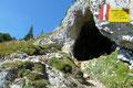 … im nächsten Augenblick war einer finstere Höhle erreicht. Überall entlang des Steiges warnten Gefahrenschilder mit dem Vermerk auf Dolinen vom Abweichen des Weges.