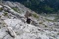 Hier warteten bereits weitere Drahtseilpassagen (A/B) auf uns, welche den Abstieg durch das brüchige Gestein wesentlich erleichterten.