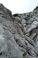 Wir folgten den Steigspuren weiter über Geröll und kleinere Felsblöcke entlang der Felswand weiter, bis rechts ein Eisenstift in einem steilen Felsaufschwung den weiteren Steigverlauf erahnen ließ.