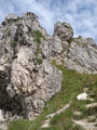 ... wurde es nochmal richtig steil. Der Steig führte uns hier immer den Felsen entlang.