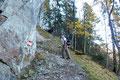 Unmittelbar unter den senkrecht abfallenden Felswänden übersetzten wir das Bachbett und stiegen in engen Kehren, entlang einer überhängenden Felswand, einen bewaldeten Erdrücken weiter aufwärts.