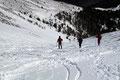 """Einige """"Schneeschuh-Rutscher"""" und wir waren wiederum in der Rinne angelangt. Übrigens lt. einem Ortskundigen hatte die Bergrettung erst vor einer Woche die Schneehöhe in der Rinne sondiert. Sage und schreibe; 27m, war der höchste Wert."""