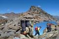 Was hieß gemütlich? Haha! Über unangenehmes Blockwerk führte der Weg, teilweise in leichter Kletterei in einem Bergab und Bergauf zum …