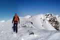 Also setzten wir erneut unsere Motorik in Gang und marschierten über den überwächteten Gipfelkamm zum …