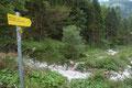 … der 889 ÖAV-Wanderweg schlussendlich in ein Steiglein überging und eine kleine ausgetrocknete Schuttrinne querte.