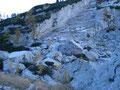 Hier wurde der Felsen rausgesprengt da es immer wieder zu gefährlichen Steinschlägen gekommen war die Bergwanderer gefährdet hatten.