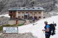 """… in weiteren kurzen Kehren zur Adamekhütte hoch. Bekanntlicherweise steht sie ja an einem der schönsten Plätze des Dachsteingebirges und wird von Insidern auch noch """"Bahnhof der Alpen"""" genannt."""