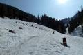 """Zum Glück verdichteten sich die einzelnen Schneefelder rasch zu einer durchgehenden weißen Decke. Somit wurde auch der als """"Schneeschuh-Wanderweg"""" beschilderte Aufstieg zur Schönwetterhütte seinem Namen gerecht, denn …"""