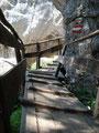 Über mehr als rustikale Holzstufen ging es ums Eck und bergauf.
