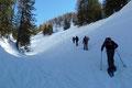 Auf ca. 1500m endete schlussendlich der steile nach oben ziehende Bärnkogelgraben und auch das Gelände wurde erneut freier. Dankend wurde das sonnige Platzerl für eine Verschnaufpause genutzt, bevor es daraufhin der leicht ansteigenden Rinne …