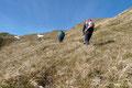 Im oberen Drittel drehte der Steigverlauf in die etwas abschüssige, grasige Südflanke des Berges.