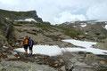 Susanne und Katharina, zwei bergbegeisterte Gmundner Mädels erfreuten sich ebenso wie ich an dieser Hochtour und posierten vor dem bereits in Sichtweite gerückten Defreggerhaus.