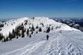 Einziges Manko, der böeartige und eisige Wind vereitelte eine ausgedehnte Gipfelrast. Somit folgten wir den nach Norden führenden Spuren in eine Senke hinein.
